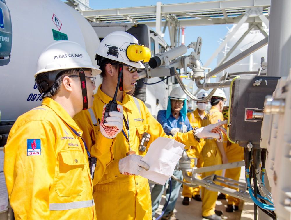 Kết quả hình ảnh cho nhân viên dầu khí