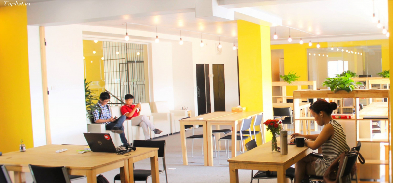 Không gian làm việc được thiết kế với tone màu vàng chanh làm chủ đạo, khá yên tĩnh, thoáng đãng giúp cho khách hàng có thể hoàn thành công việc hiệu quả
