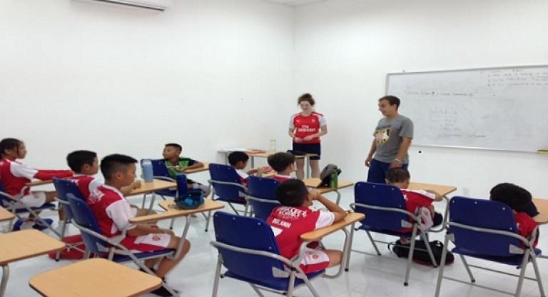 British Council là đơn vị đào tạo tiếng Anh cho các cầu thủ nhí của Arsenal Soccer School Vietnam
