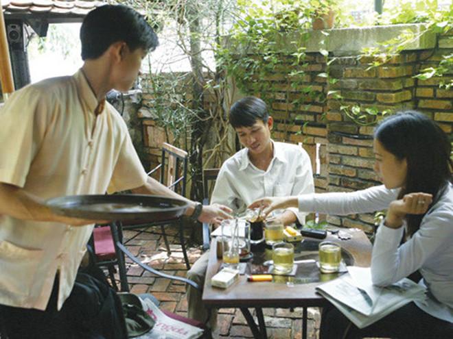 Phục vụ quán cà phê, một trong những việc làm thêm được nhiều sinh viên chọn /// Ảnh: Đào Ngọc Thạch
