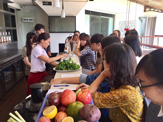 Giảng viên Mia Vu - chuyên ngành quản trị khách sạn trường Quốc tế CitySmart Hotel Management hướng dẫn học sinh cách pha chế đồ uống.
