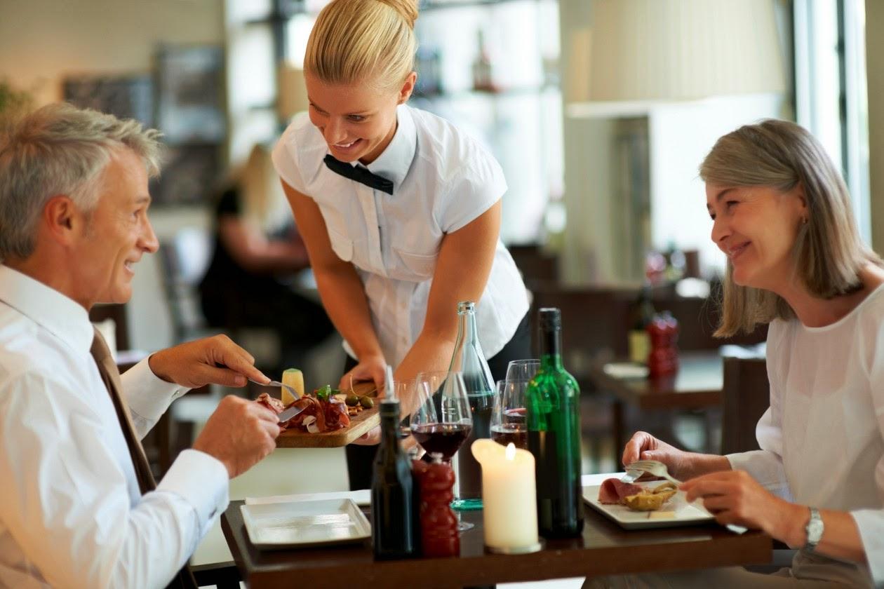 """Nguyên tắc """"vàng"""" nhân viên phục vụ nhà hàng phải nhớ"""
