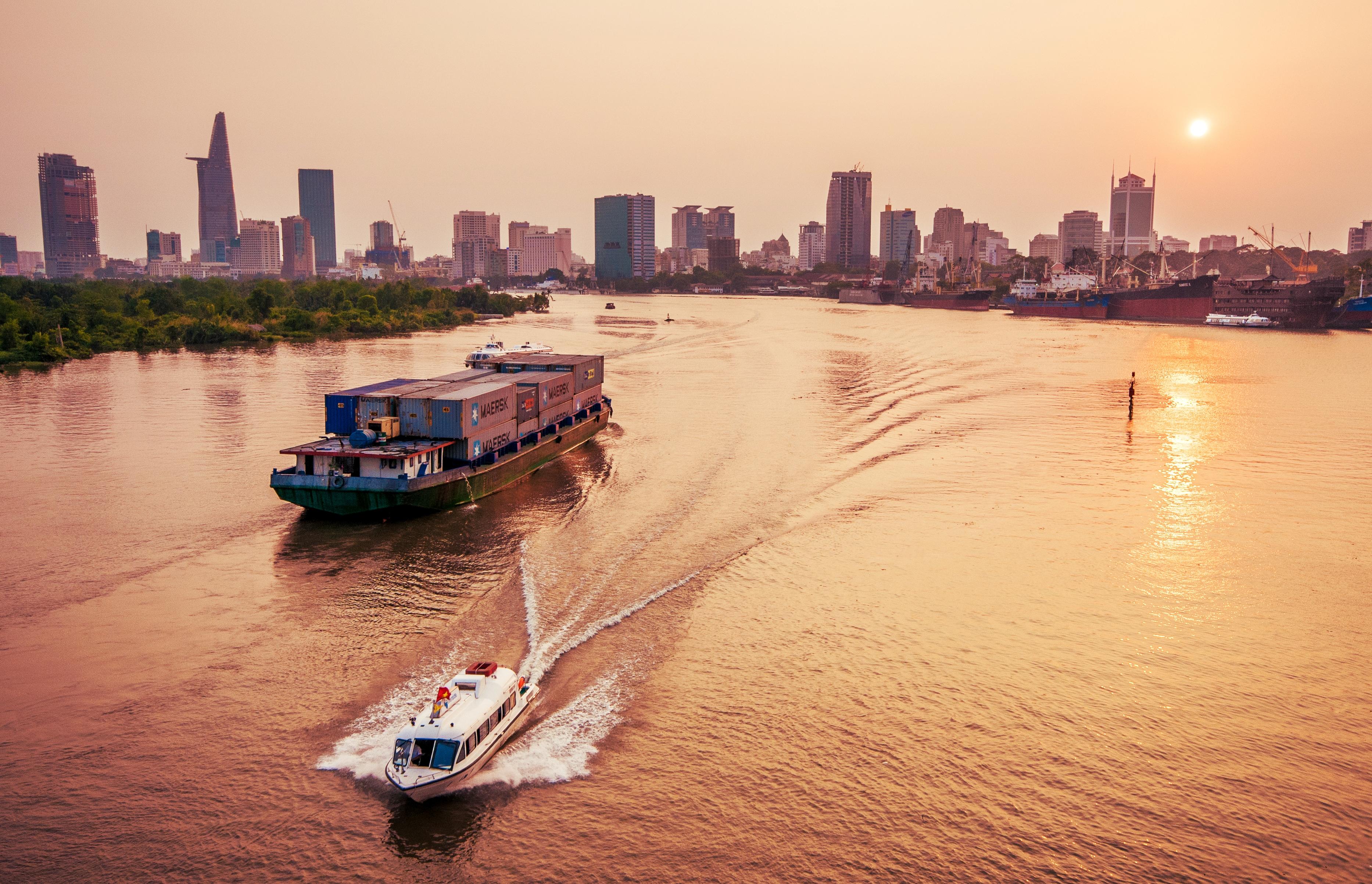 Kinh doanh vận tải đường thủy nội địa bao gồm các hình thức nào?